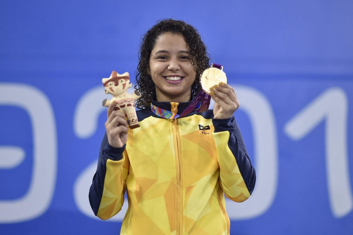 Cecília Araújo exibe uma de suas 7 medalhas conquistadas no Paran de Lima em 2019